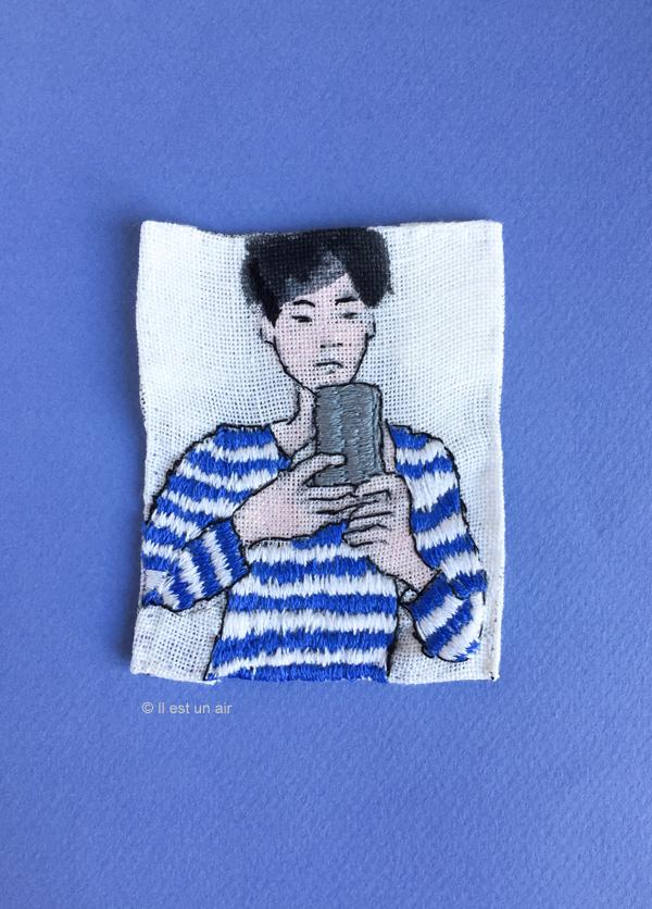Portrait brodé, garçon au smartphone