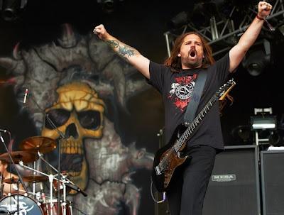 Foto de Sepultura cantando en el escenario
