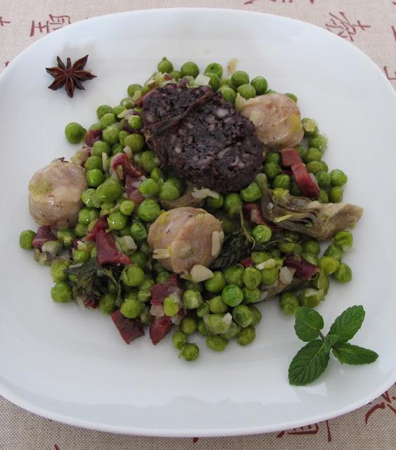Guisantes rehogados, con verduras  de temporada, jamón y butifarras y un suave sabor anisado.