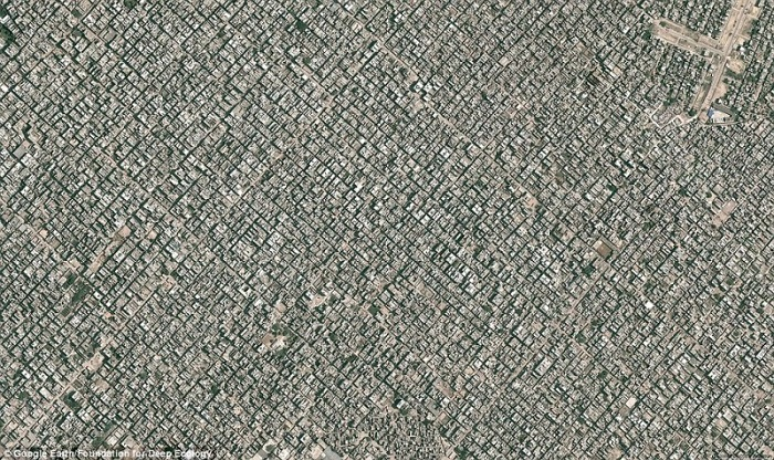 20 Pictures That Prove That Humanity Is In Danger - New Delhi, a megalopolis with more than 22 million inhabitants