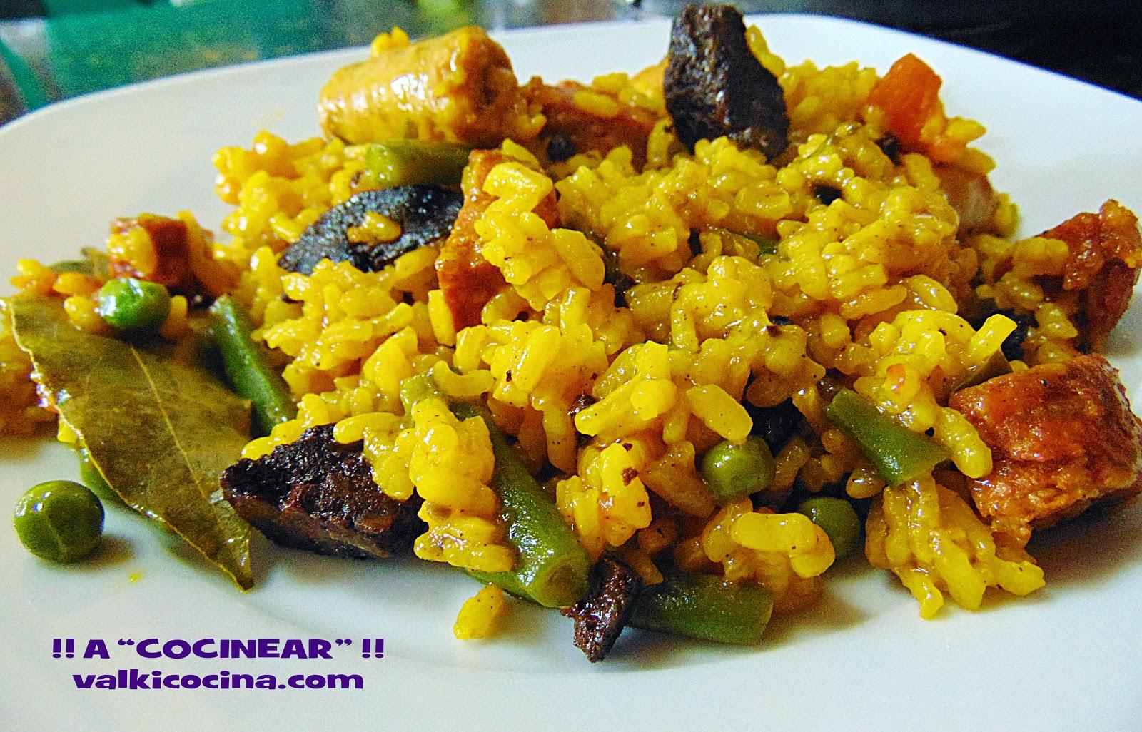 Arroz con embutidos y verduras en paella