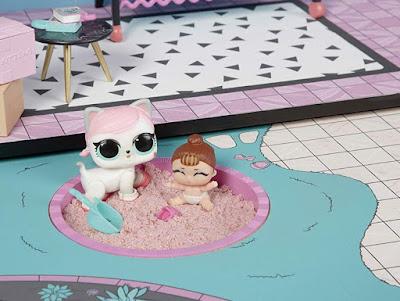 Кошечка ЛОЛ и маленькая сестричка играют в песочнице