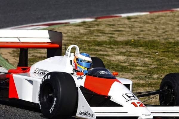 Fernando Alonso a bordo del McLaren MP4/4 DE Senna