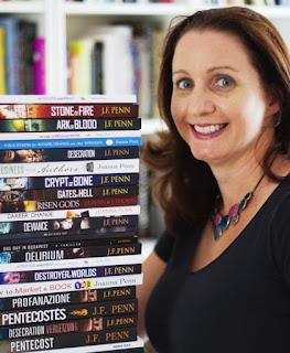 Joanna Penn foto junto a sus 23 libros