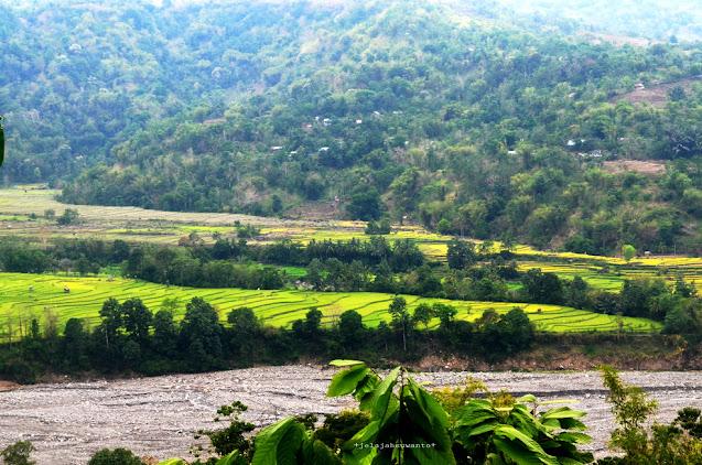 Perbukitan, Persawahan dan Bebatuan Sungai Jeneberang, dalam perjalanan Makassar - Malino || JelajahSuwanto