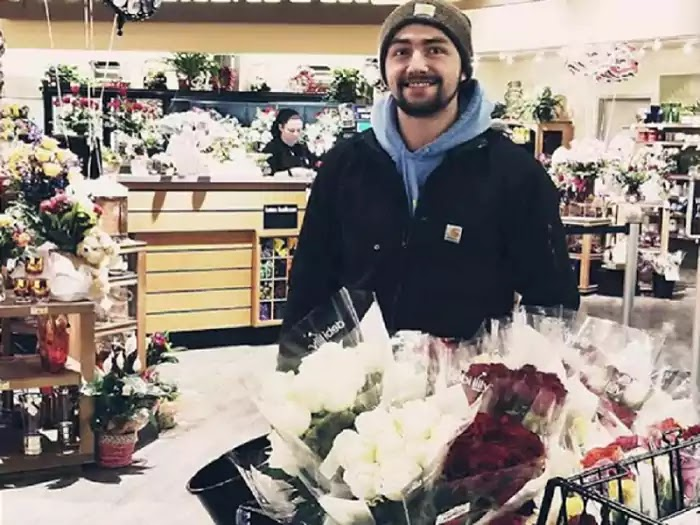Guy Bought Flowers For Hundreds Of Widows, Single Women, And Military Spouses For Valentine's Day