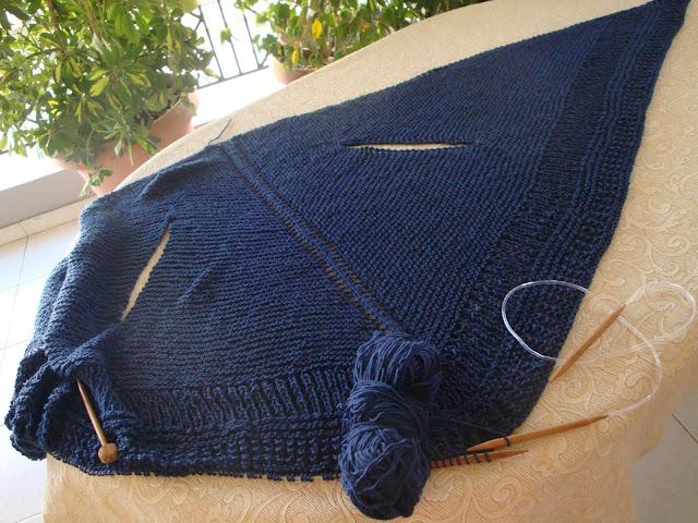 0a31517378ad Μπορείτε να πλέξτε παρόμοιο γιλέκο -εσάρπα και με βελονάκι . Δείτε πώς  μπορείτε να το πλέξτε εδώ .
