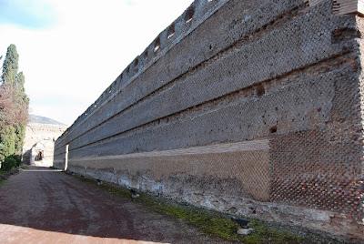 Une partie du mur d'enceinte de la villa.