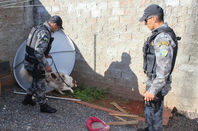 PM desmonta ponto de venda de drogas e prende três pessoas em Rolim