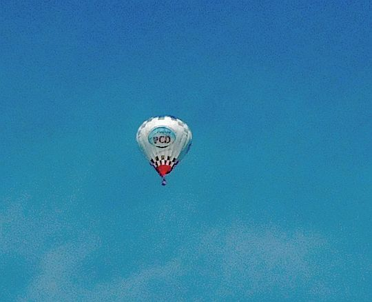 Balon niesiony prądami powietrza.