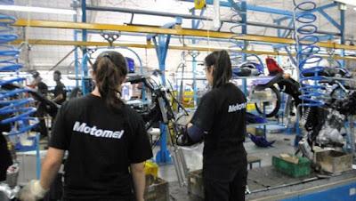 """La fábrica de motos Motomel despidió a la mitad de su personal por la """"caída en las ventas sufrida por la crisis en la economía"""""""
