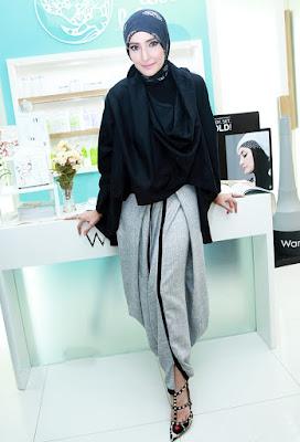 Inneke Koesherawati pakai produk terbaru Warda tante cantik seksi dulu sekarang sudah mengenakan hijab