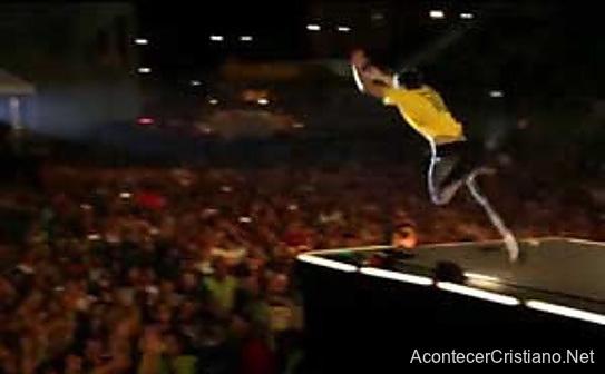 Baterista de Hillsong Branson Gillies se lanza al público desde el escenario