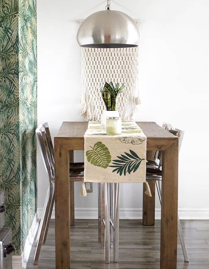 Sala de jantar em estilo de decoração escandinava e pendente metálico redondo sobre a mesa de jantar