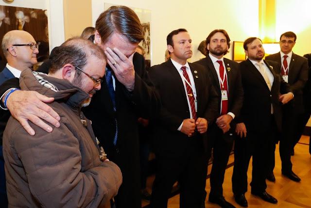 Bolsonaro ora e canta louvor com brasileiros em Jerusalém. Veja o vídeo