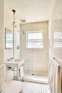 bagno con piastrelle e pavimento senza interruzioni immagine