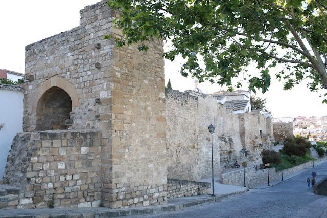Una de las puertas y parte de las murallas de la ciudad