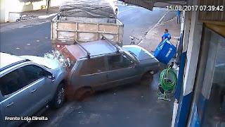 Resultado de imagem para Vídeo mostra carreta atropelando pessoas em loja após perder controle