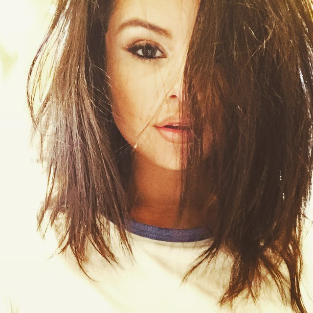 Selena Gomez cut her hair and shows new look at social network