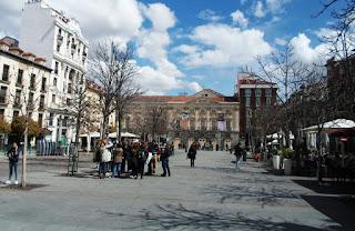 Vista general de la plaza, con las terrazas de los bares y al fondo el Teatro Español.