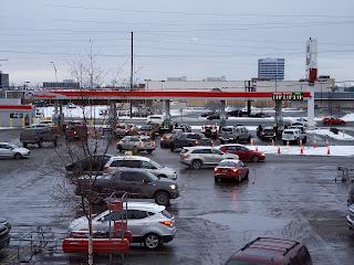 FOTOS: enormes filas en las gasolineras en anchorage alaska.