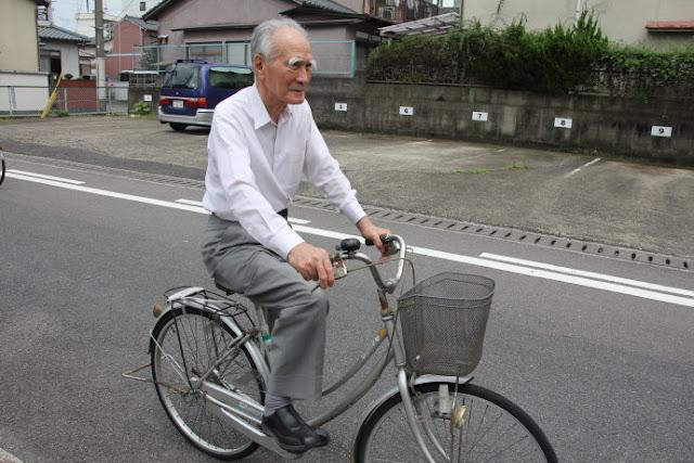 Ông Murayama đạp xe đi siêu thị.