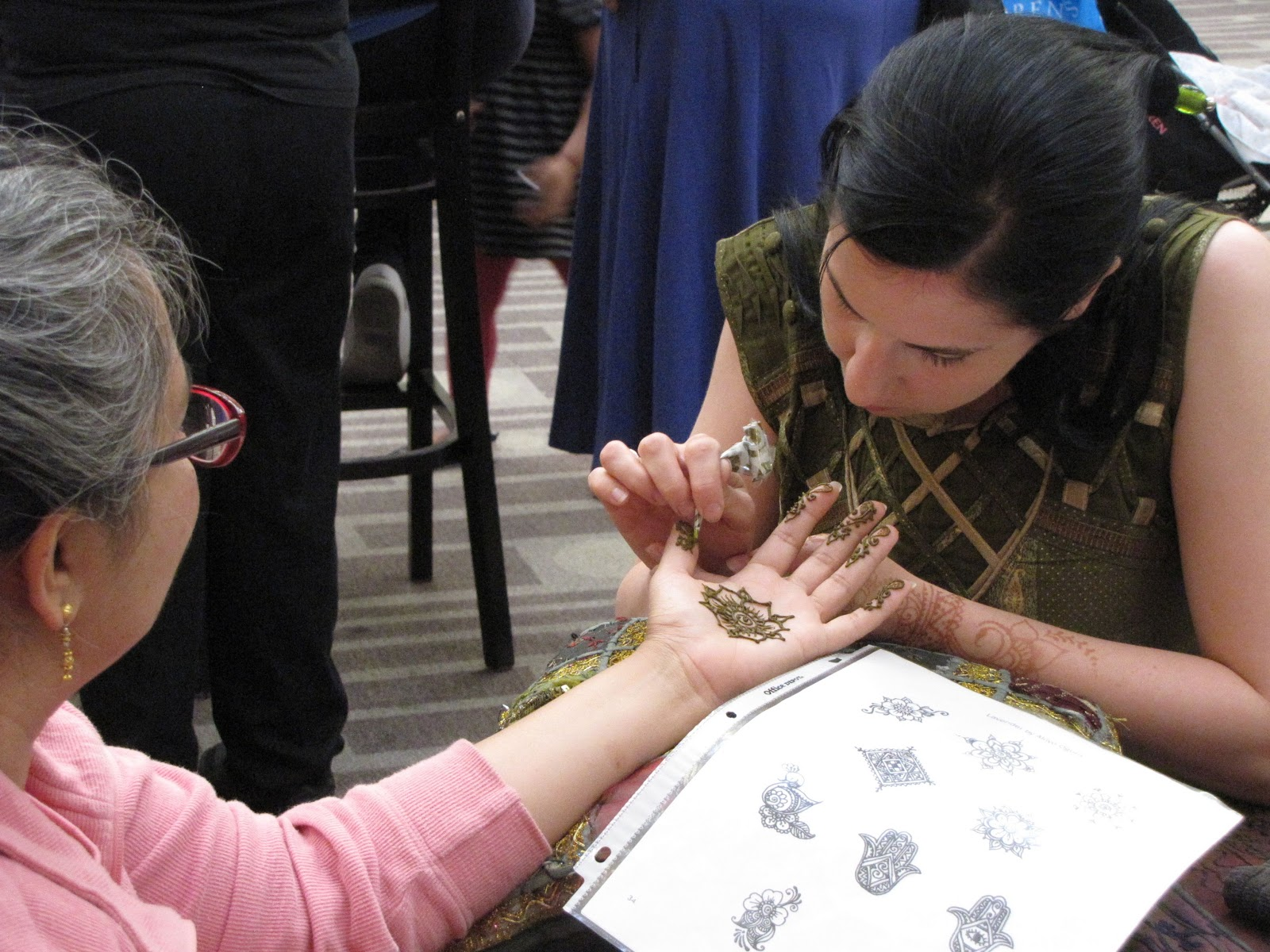 Celebrity Gems Entertainment: Henna Tattoo Artistry attracts
