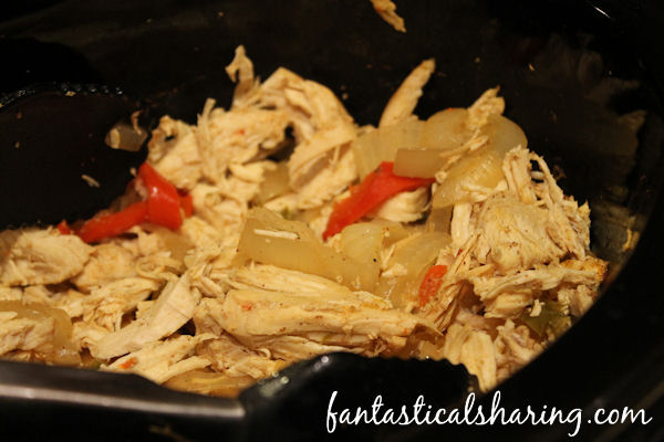 Crockpot Chicken Fajitas // Fajitas cooked in the crockpot with homemade seasoning - a delicious and easy Taco Tuesday recipe! #chicken #maindish #crockpot