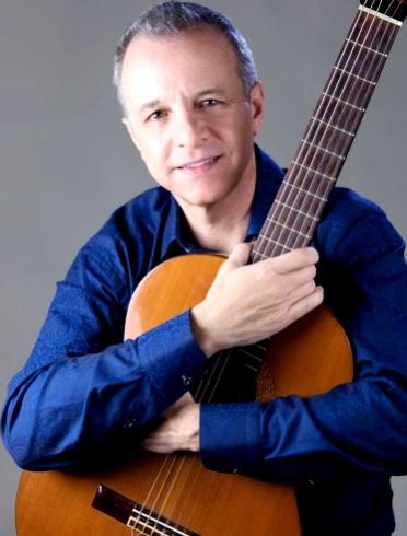 Foto de Alberto Plaza posando con su guitarra