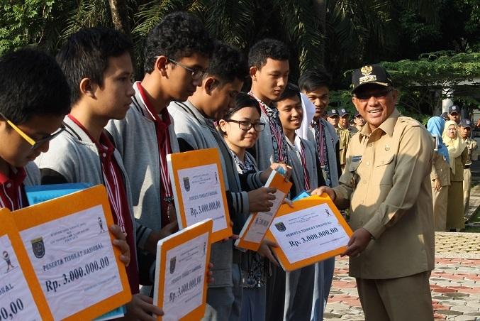 Walikota Berikan Penghargaan Para Siswa Juara OSN