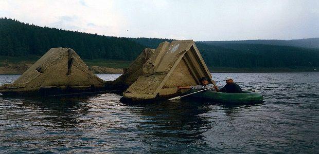 Plimbare cu barca deasupra bisericii inundate de la Beliș.
