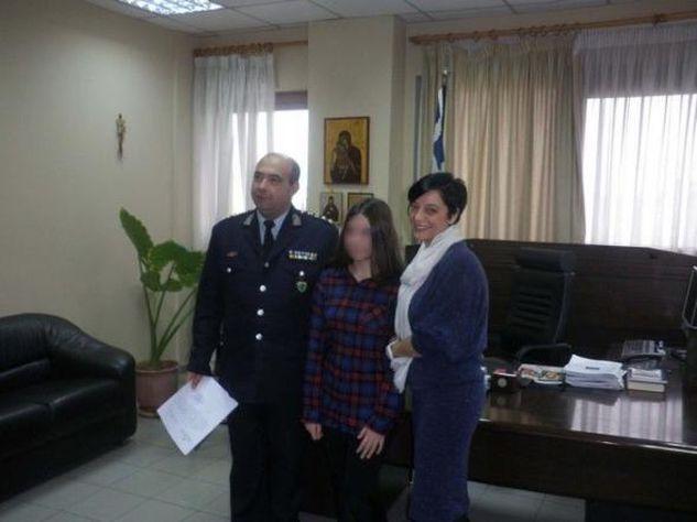 MΠΡΑΒΟ της! 12χρονη βρήκε πορτοφόλι με 3.400 ευρώ και το παρέδωσε!