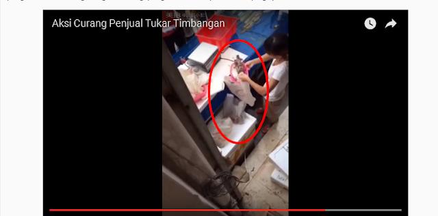 VIDEO: Aksi Curang Pedagang Ini Menukar Isi Timbangan Dengan Barang yang Sudah Basi WASPADALAH