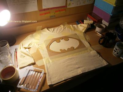 malowanie bluzek DIY farbami do tkanin - Batman