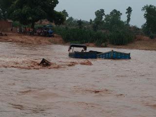 चतरा : उतराठी गहरी नदी में आए अचानक बाढ़ में बहा तीन ट्रैक्टर, मजदूर सुरक्षित।