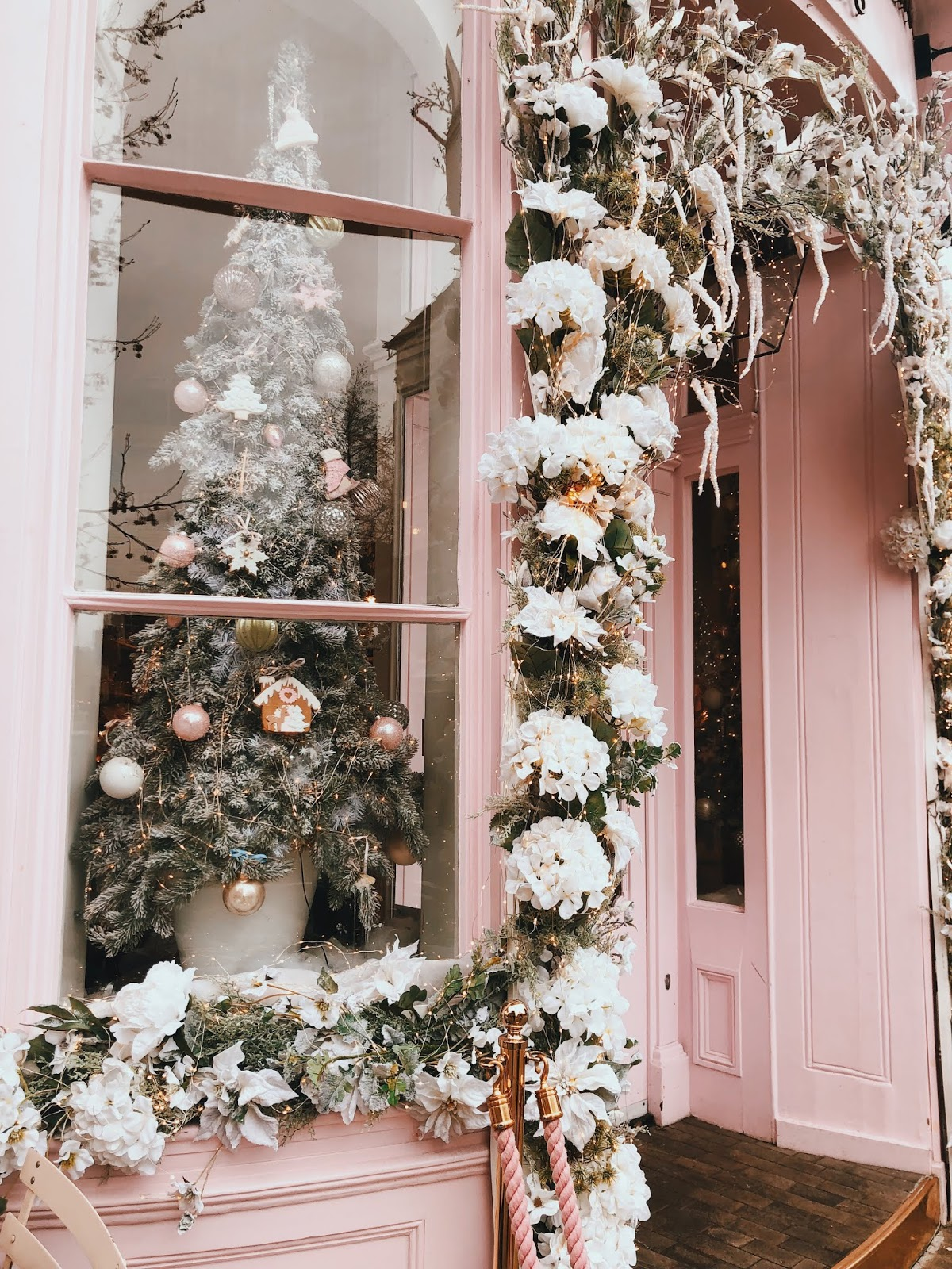 christmas in london, christmas decoration in london, christmas 2018, christmas decoration london 2018, indian blogger, london blogger, belgravia london, belgravia christmas decoration, le senteurs elizabeth street, elizabeth street london