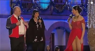 بالفيديو: مقدمة برامج شهيرة إرتدت فستان بلا ملابس داخلية أظهر ما تحته .. كيف كان ردها !!