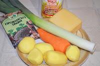 Основные продукты для супа с сыром и луком-пореем