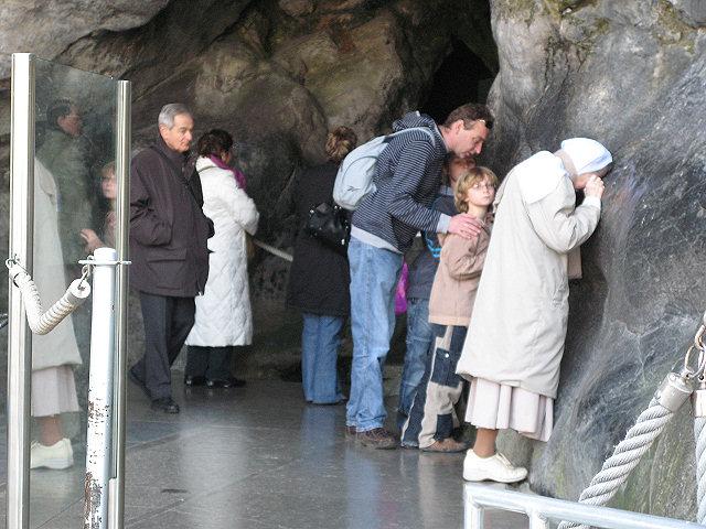 Na gruta de Lourdes
