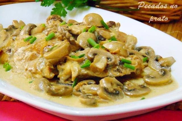 Coxas de frango com molho de natas e cogumelos