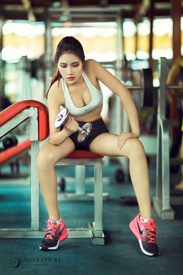 Tập gym cùng người đẹp nóng bỏng Mạc Yến