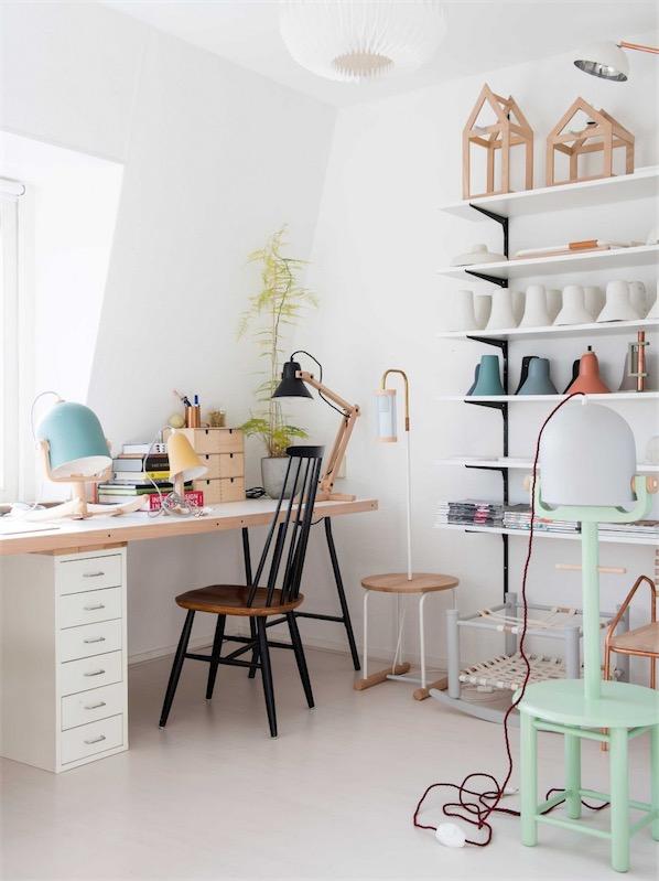 zona de trabajo con mesa y silla de madera chicanddeco