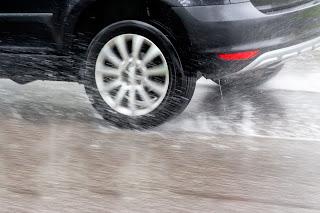 Aquaplaning: cómo conducir de forma segura con lluvia - Fénix Directo Blog