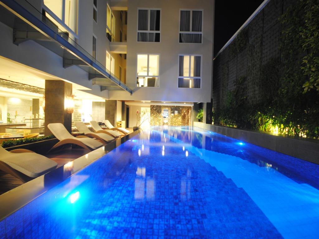 Kuta Masih Menjadi Primadona Tempat Tujuan Wisata Di Bali Namun Identik Dengan Glamor Kemewahan Dan Mahal Dalam Segalanya Termasuk Harga Hotel