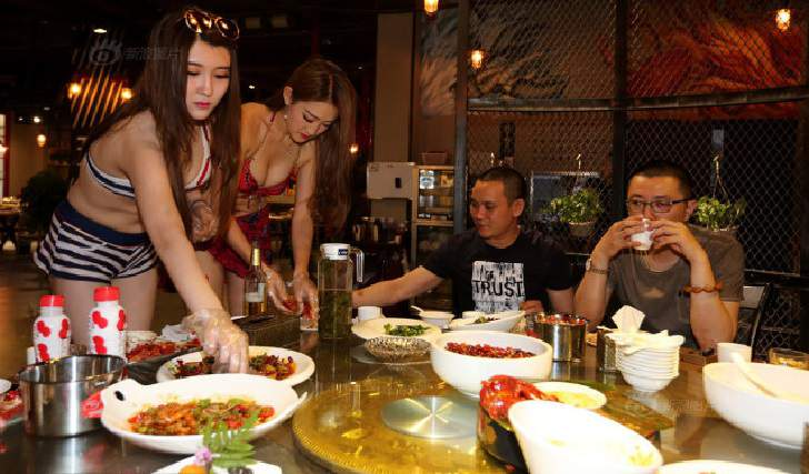 Foto: Di Temani Cewek Cantik Makan Dan Di Kupas Udang Lobster Yang Kamu Beli Mau ?