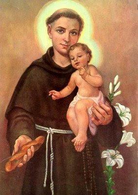 En la imagen San Antonio con el Niño en brazos, sostiene una barra de pan en su mano derecha. Al fondo el lirio blanco de la pureza.