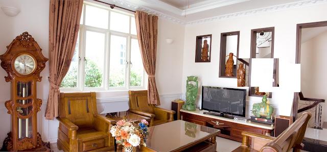 Phòng khách với nội thất gỗ sang trọng