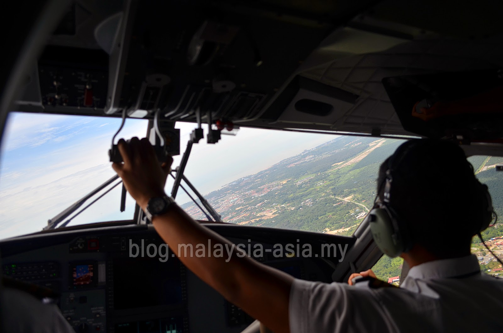 Bario plane landing MASwings DCH Twin Otter Plane