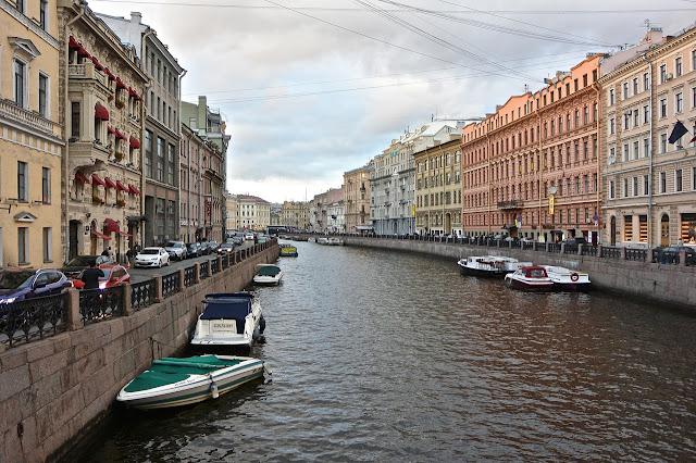 Saint Pétersbourg : Rivière Moïka un des canaux qui font de Saint Pétersbourg la Venise du Nord