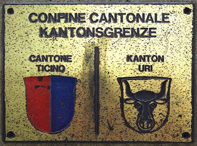 Eine Messingplatte markiert die Kantonsgrenze im Tunnel